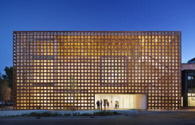 Aspen Art Museum by Shigeru Ban Architects. Image by Michael Moran.
